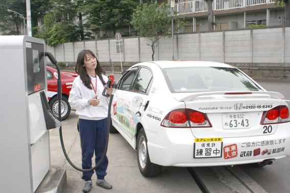 給油するインストラクター