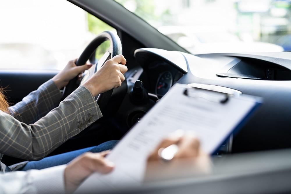 仮運転免許の実技試験を受けている写真